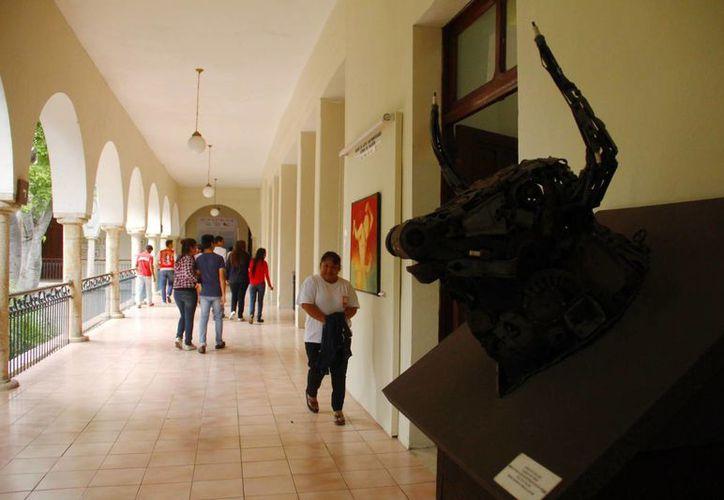Restauran el edificio del Museo Fernando García Ponce-Macay. Imagen de un grupo de personas que asistieron a una exposición. (Milenio Novedades)