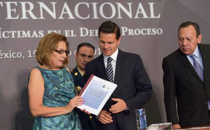 La activista Miranda de Wallace, quien en la foto aparece con el presidente de México, propone que los policías y soldados cuenten con un ombudsman. (Notimex)