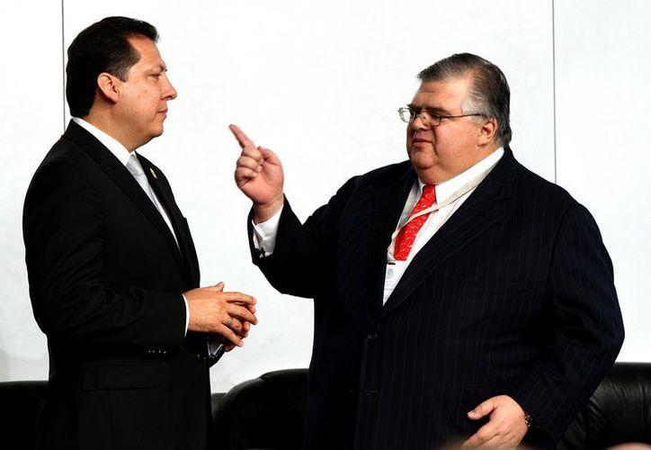 El titular de la CNDH, Raúl Plascencia Villanueva (i), con el gobernador de Banxico, Agustín Carstens. (Notimex)