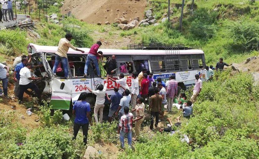 El conductor del vehículo perdió el control al intentar esquivar a otro bus en la atestada carretera hacia el popular templo de Anjaneya Swamy. (AP)