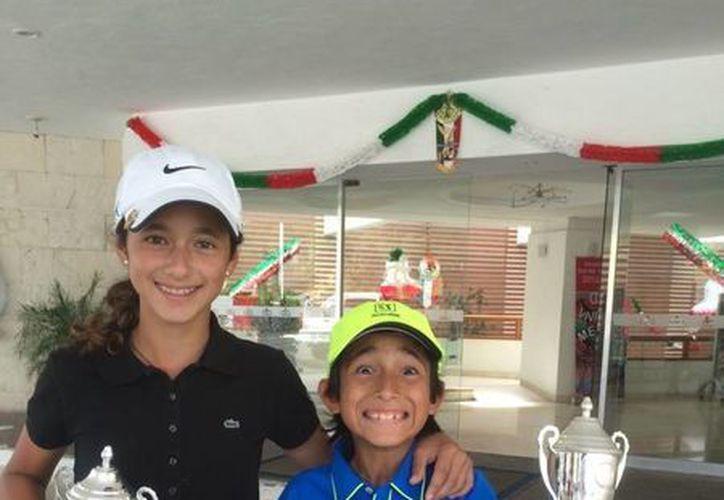Isabella y Alejandro Fierro, con sus trofeos de la IV Copa Zona Centro de Golf Infantil y Juvenil. (Milenio Novedades)