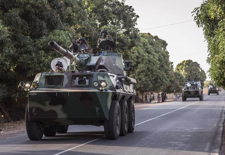 Una caravana de soldados senegaleses se dirige hacia la frontera con Gambia cerca de Karang, Senegal, el jueves 19 de enero de 2017. (AP/Sylvain Cherkaoui)