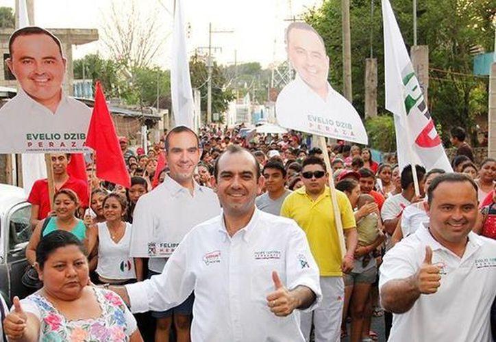 Felipe Cervera durante su recorrido por Tipikal, comisaría de Maní. (SIPSE)