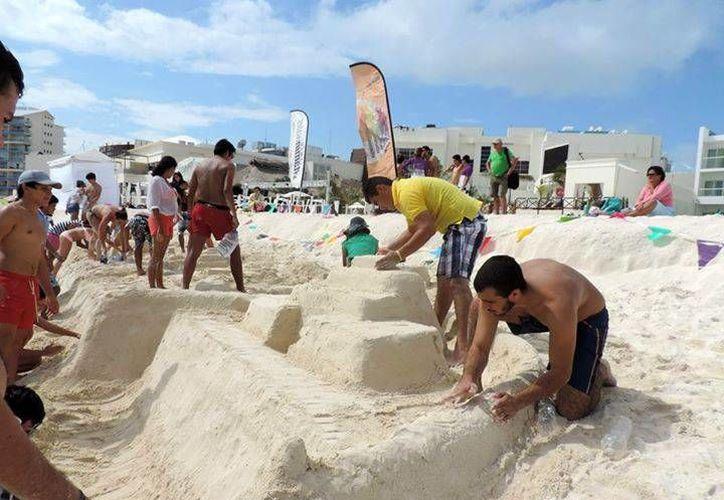 Los jóvenes se esfuerzaron por construir los mejores castillos de arenas. (Twitter/@Vivoencancun)