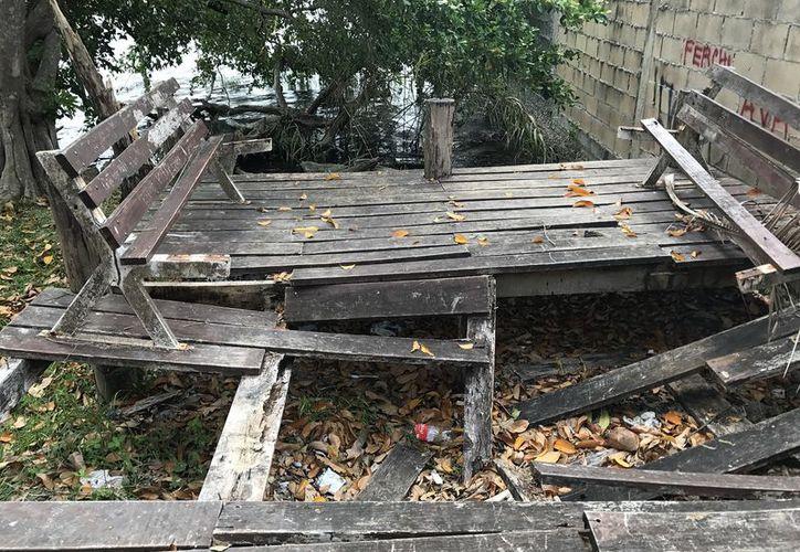 Se observan pedazos de madera en el piso y bancas de los andadores. (Foto: Javier Ortiz/SIPSE)