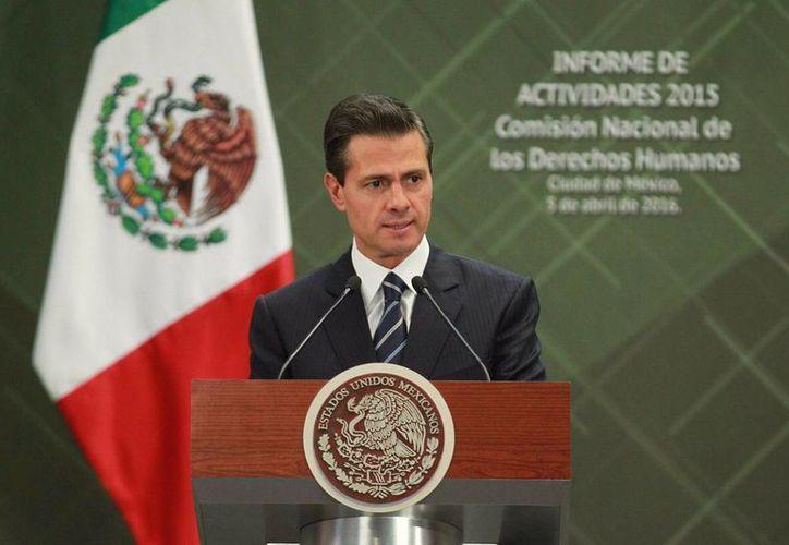 Peña Nieto acudió al Segundo Informe Anual de Labores del presidente de la Comisión Nacional de los Derechos Humanos (CNDH), Raúl González Pérez. (Notimex)