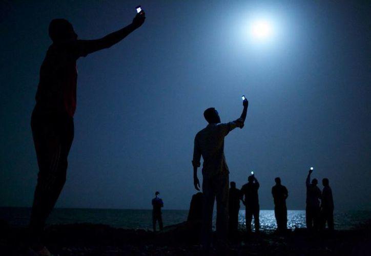 Señal (Signal), foto de John Stanmeyer ganadora del premio World Press Photo 2013 retrata a inmigrantes de Djibouti que buscan llegar a Europa o Medio Oriente. (.worldpressphoto.org)