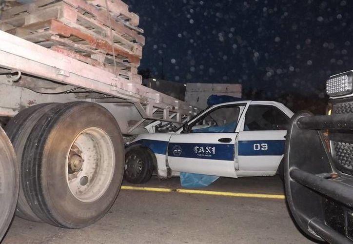 Hace una semana, un taxista al chocar contra un tráiler que realizaba maniobras en Valladolid. (Milenio Novedades)