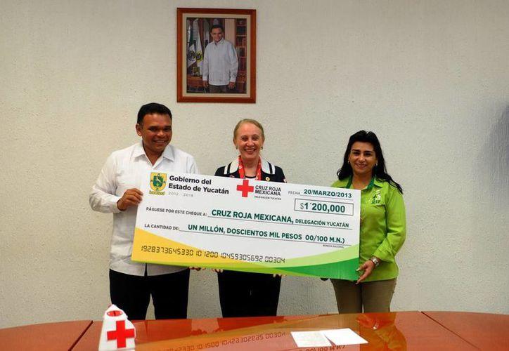 Rolando Zapata, Michelle Byrne y Sara Blancarte durante la entrega del donativo. (SIPSE)