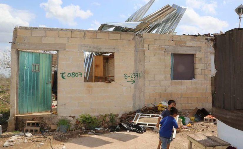 El viento arrancó el endeble techo de esta vivienda en el sur de Mérida. (Cortesía)