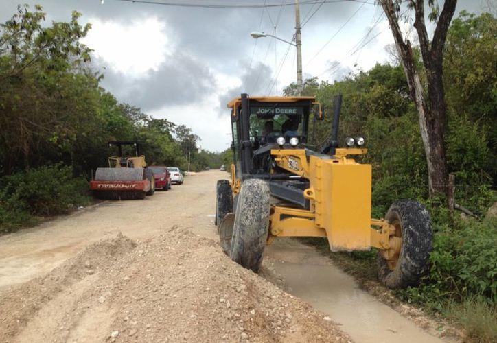 Habitantes de la franja ejidal decidieron no esperar más y empezaron a arreglar la calle principal de la zona.  (Rossy López/SIPSE)