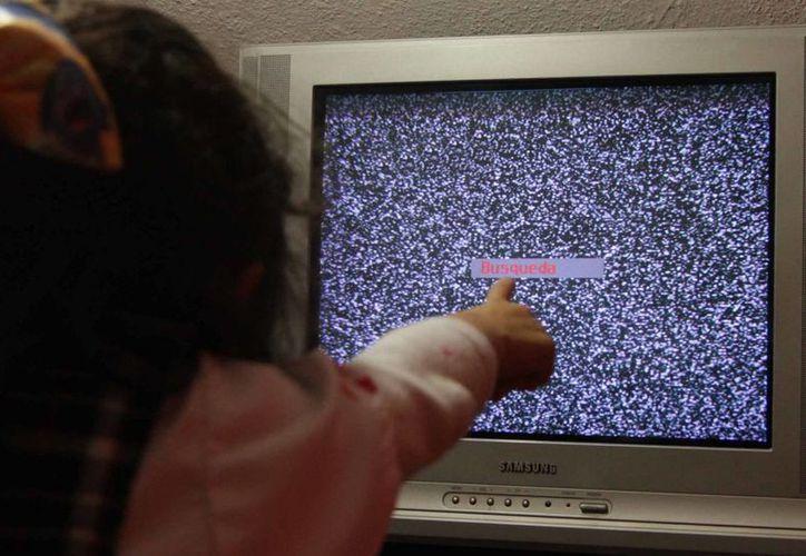 Los canales que finalizaron su transmisión análoga solo podrán verse por medio de codificador o antena, o bien, mediante pantallas digitales. (Archivo/Notimex)