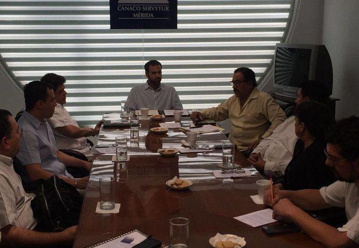 Eduardo López Calzada, delegado del INAH Yucatán, asumió este sábado ante representantes del INAH compromisos para dinamizar la inversión en la entidad. (Foto cortesía del Gobierno de Yucatán)