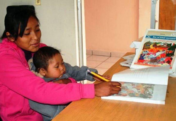 Madres yucatecas tienen la oportunidad de terminar sus estudios. (Milenio Novedades)