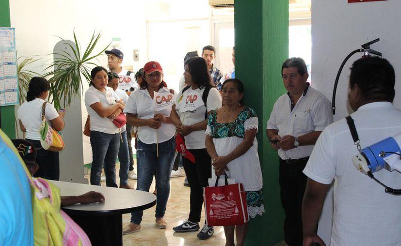 Las personas acudieron a las instalaciones, pero no se encontraba el delegado César Armando Rosales Cansino. (Joel Zamora/SIPSE)