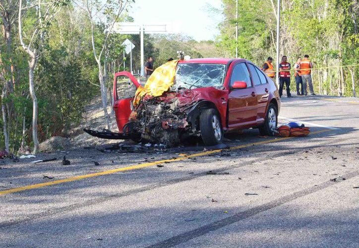 Este fuerte accidente vehicular fue el único que tiñó de rojo el período vacacional de Semana Santa en Felipe Carrillo Puerto, al fallecer uno de sus tripulantes.  (Foto: Jesús Caamal  / SIPSE)