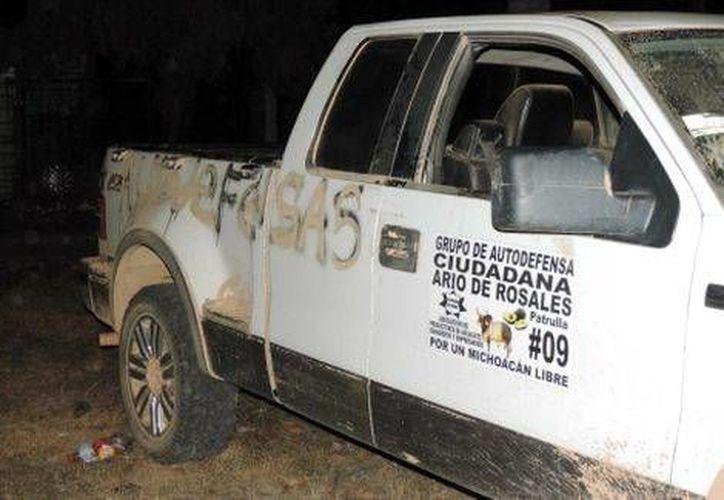 Personal de la Sedena arrestó en el municipio de Tumbiscatío a los sujetos que se transportaban en una camioneta con leyendas de las guardias comunitarias. (Milenio)