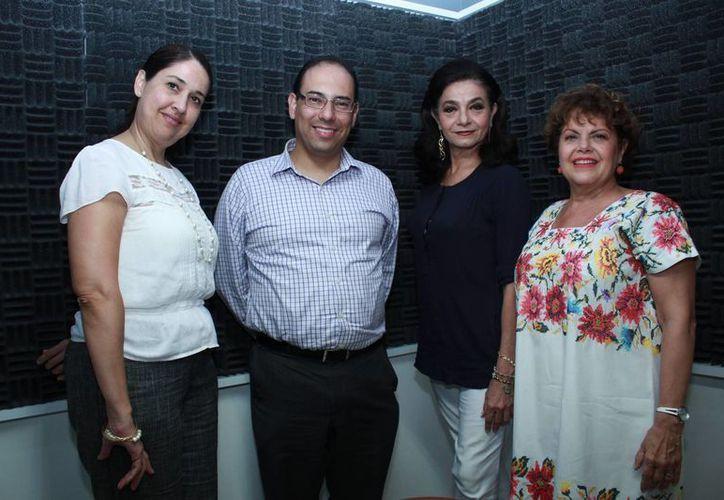 Alis García (d) con los demás integrantes de Salvemos una vida así como con la invitada Griselda Mantecón. (Jorge Acosta/SIPSE)