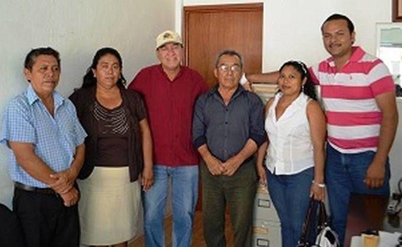 El secretario general del Concejo, Margarito Buitrón Hernández, junto a los ex delegados y sus suplentes. (Redacción/SIPSE)