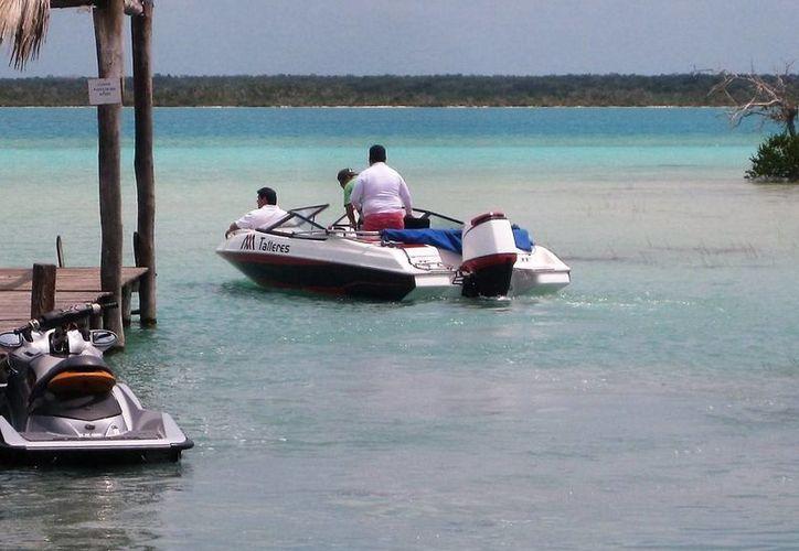 Turisteros reprueban la incursión de embarcaciones foráneas que contribuyen a afectar el ecosistema que ellos preservan. (Javier Ortiz/SIPSE)