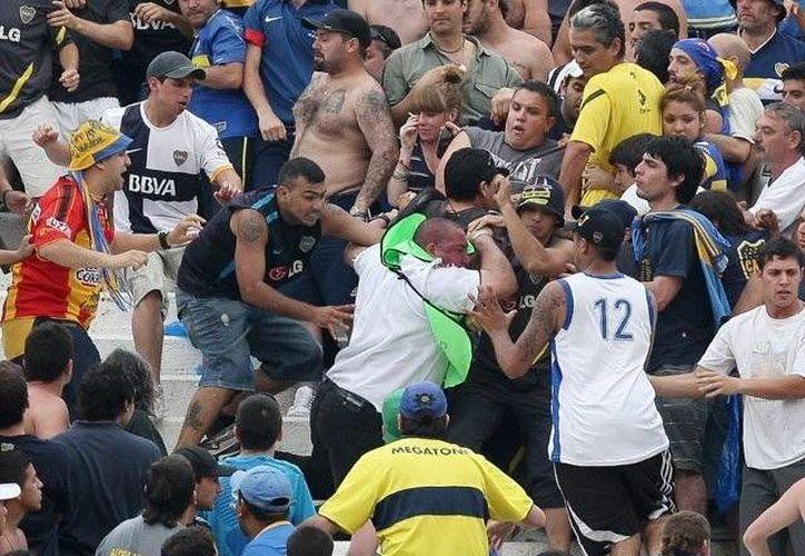 La violencia es común entre las barras de hinchas en Argentina. (EFE)