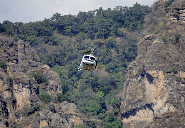 Un helicóptero del estado de Morelos sobrevuela las montañas de Tepoztlán, donde encontraron el cadáver del estadounidense Hari Simran Singh Khalsa, de 25 años. (Agencias)