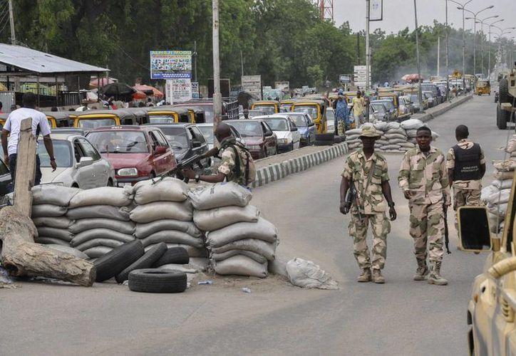 Militares nigerianos en un puesto de control de seguridad en Maiduguri, noreste de Nigeria. Un atentado suicida de 2 mujeres mató a decenas de refugiados en Nigeria. (EFE/Archivo)