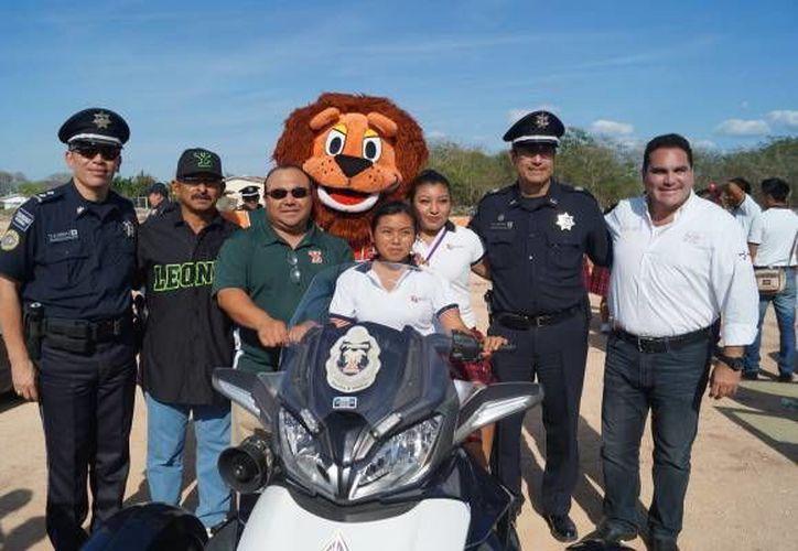En el evento acudieron miembros de la Policía federal, así como la mascota de Leones y el coach Daniel Fernández.(Foto tomada de leones.mx)