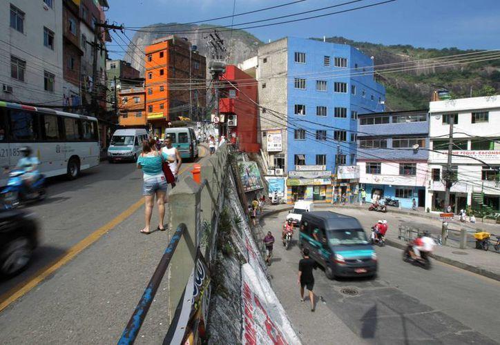 Vista general de una calle en la favela de Rocinha, la más emblemática de Río de Janeiro. (EFE/Archivo)