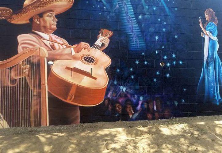 Centenares de personas se congregaron en Long Beach, California, para la inauguración de un mural dedicado a la Diva de la Banda. (Notimex)