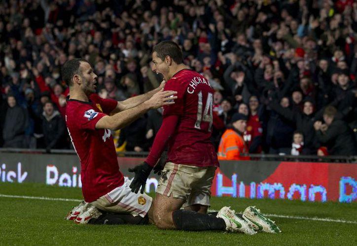 'Chicharito' celebra con Ryan Giggs el gol del gane en el último minuto. (Agencias)