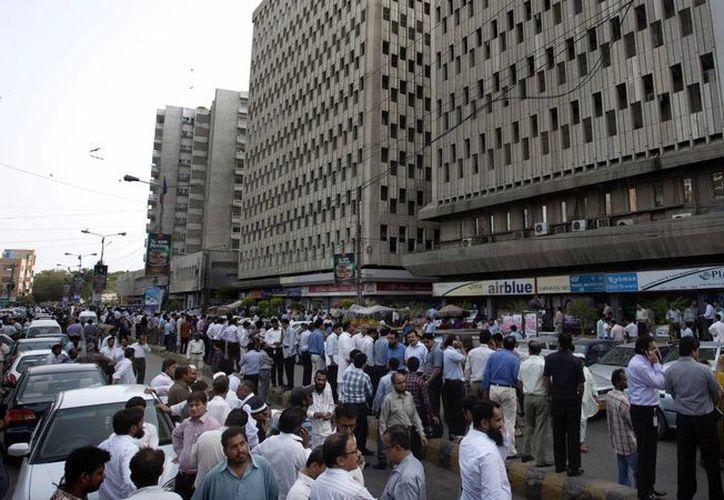 El movimiento telúrico propicio la evacuación de edificios públicos. (Agencias)