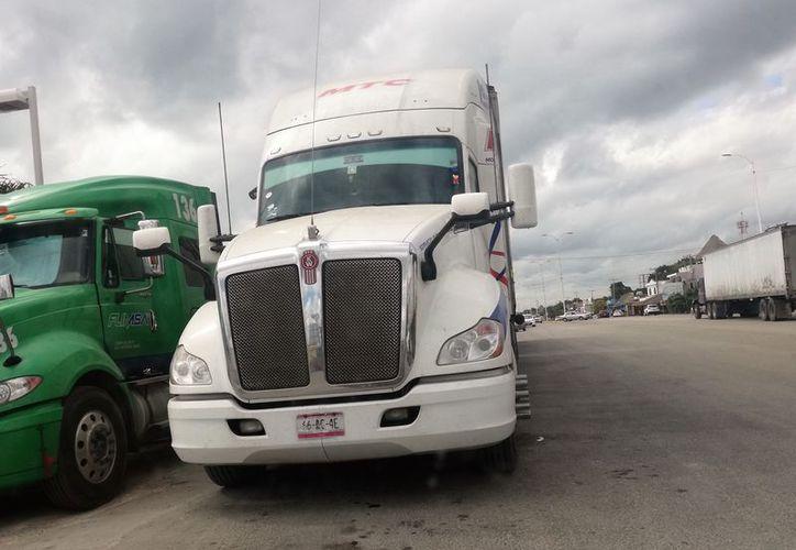 Las unidades pesadas obstaculizan la visibilidad, por lo que son frecuentes los accidentes en la zona. (Javier Ortiz/SIPSE)