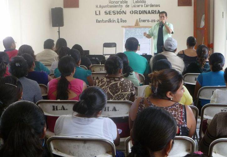 """En el taller participaron beneficiarias del programa """"Prospera"""", madres embarazadas y funcionarios locales. (Raúl Balam/SIPSE)"""