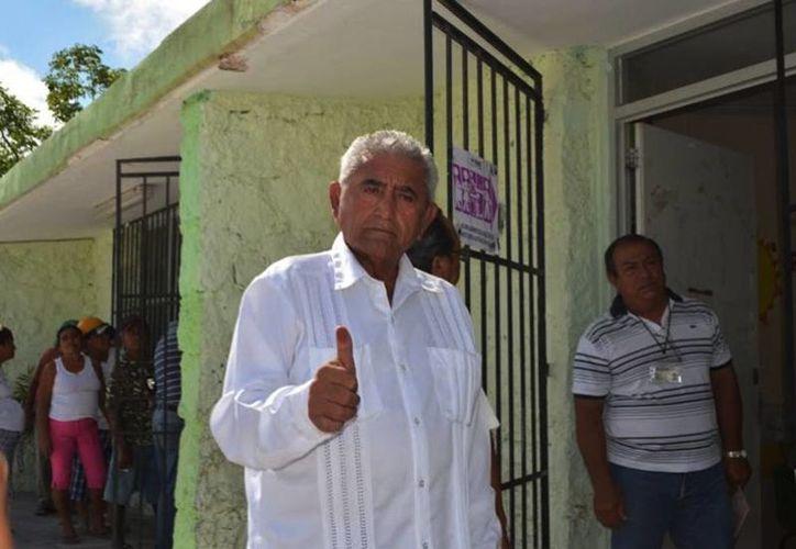 El virtual ganador de las elecciones en Progreso, José Cortés Góngora, del partido Nueva Alianza, al momento de acudir a votar ayer al mediodia. (Óscar Pérez/SIPSE)