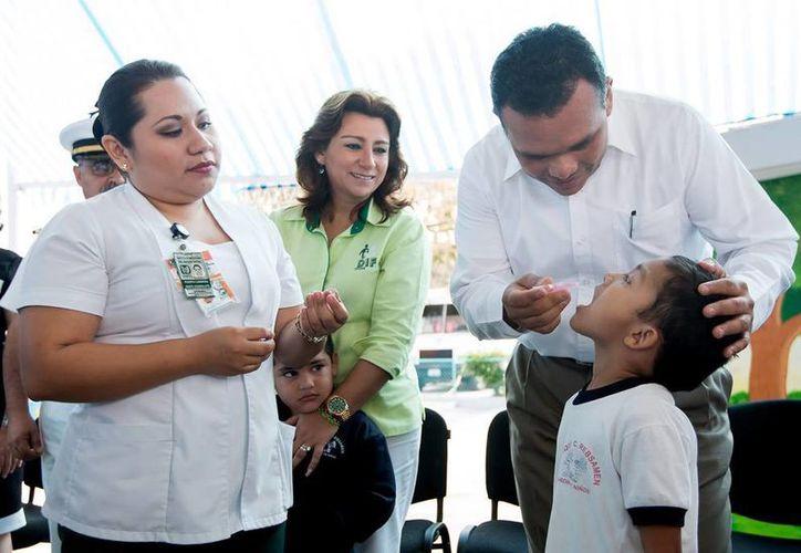 Hoy se inició en Yucatán la Semana Nacional de Salud, durante la cual se aplicarán casi 200 mil vacunas, la mayoría contra la poliomielitis; el gobernador, Rolando Zapata, se encargó de aplicar la primera dosis, como acto protocolario del inicio de la campaña. (Cortesía)