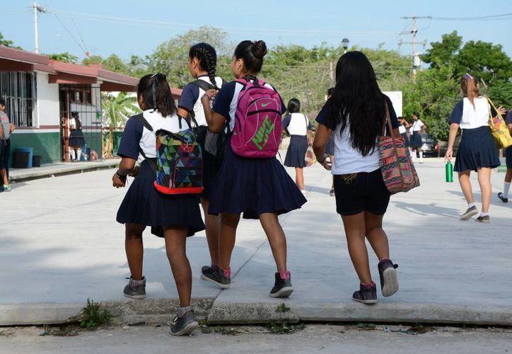 Alumnos del nivel básico descansan cuando hay juntas de consejo técnico de los profesores. (Victoria González/SIPSE)