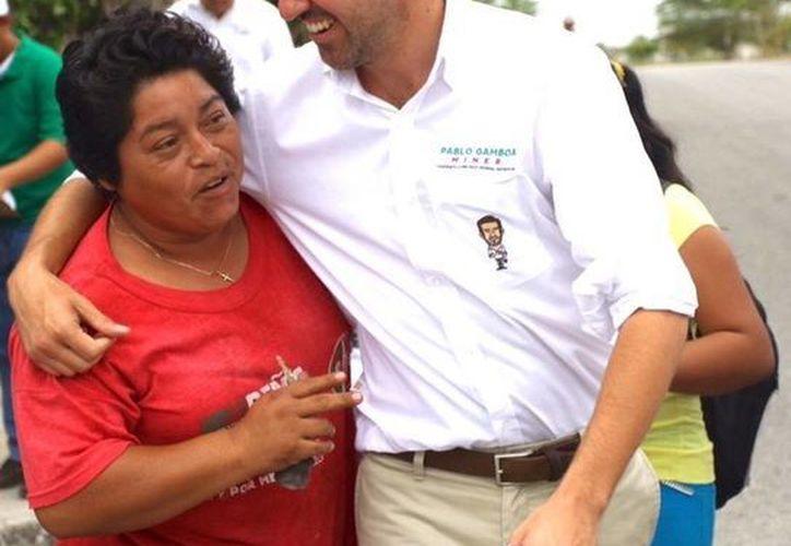 Pablo Gamboa Miner durante su recorrido por la colonia Nueva Sambulá. (SIPSE)