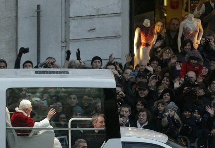 El paso del Papa por la capital italiana despertó el interés entre los romanos. (Agencias)