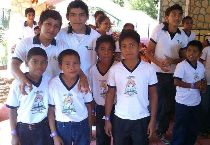 Durante la bienvenida, los estudiantes recibieron muy entusiasmados a los infantes de las comunidades de Maya Balam, Miguel Alemán, Altos de Sevilla y Kuchumatán. (Cortesía/SIPSE)