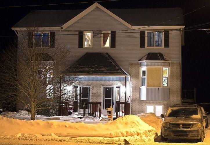 Imagen de una casa en Tiger Maple Drive en Timberlea, Nueva Escocia, un suburbio de Halifax, donde la policía encontró a una persona fallecida viernes. (Agencias)