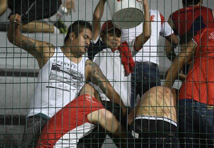 Aficionados del Veracruz agredieron a los de Tigres, tras el partido en el que los Tiburones Rojos cayeron ante los de la UANL. (Jammedia)
