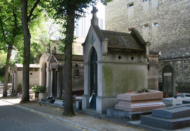 El sepulcro de Porfirio Díaz es uno de los más visitados en el cementerio de Montparnasse en París. En los últimos días, algunos visitantes le dejaron monedas y hasta una bandera de México. (Notimex)