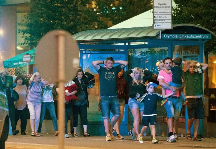 Imagen de un grupo de personas que sale del centro comercial Olympia en Munich, después del ataque en donde varias personas murieron en un tiroteo. (AP Photo/Sebastian Widmann)
