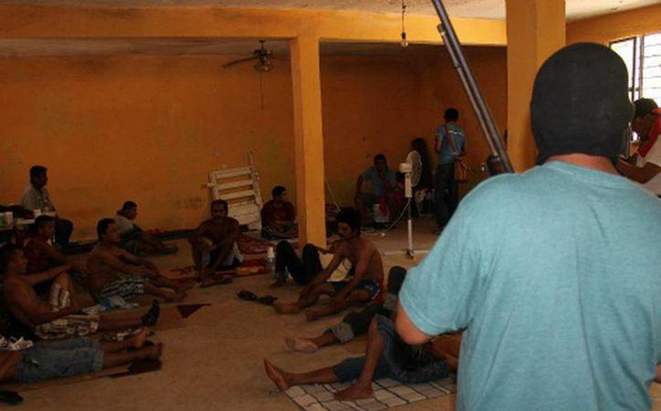 Ninguno de los detenidos por la Policía Comunitaria se observa amarrado.  (Javier Trujillo/MILENIO)