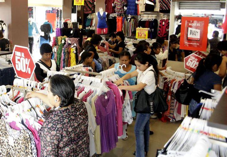 Un buen número de ciudadanos adquirió productos que iban del 10 al 80 por ciento de descuento. (Christian Ayala / SIPSE)