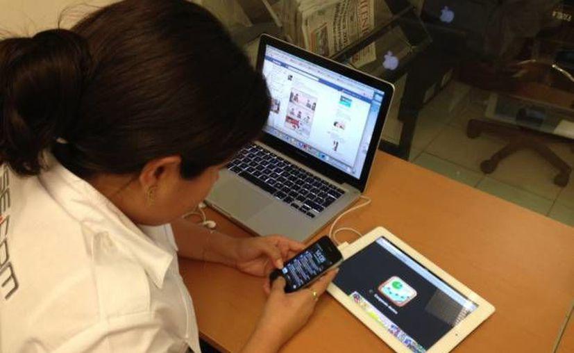 La telefonía móvil y la computadora son los medios más utilizados por los mexicanos para conectarse a internet. (Archivo SIPSE)