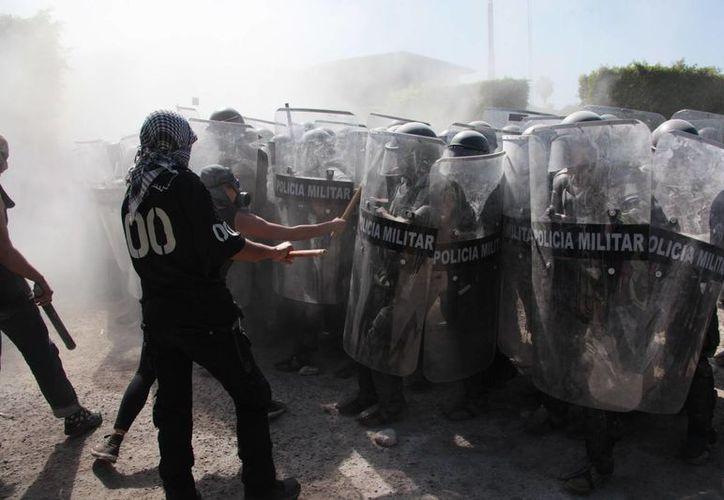 Aspecto del enfrentamiento entre activistas sin identificar con militares, la semana pasada en Iguala, Guerrero. (Archivo/AP)