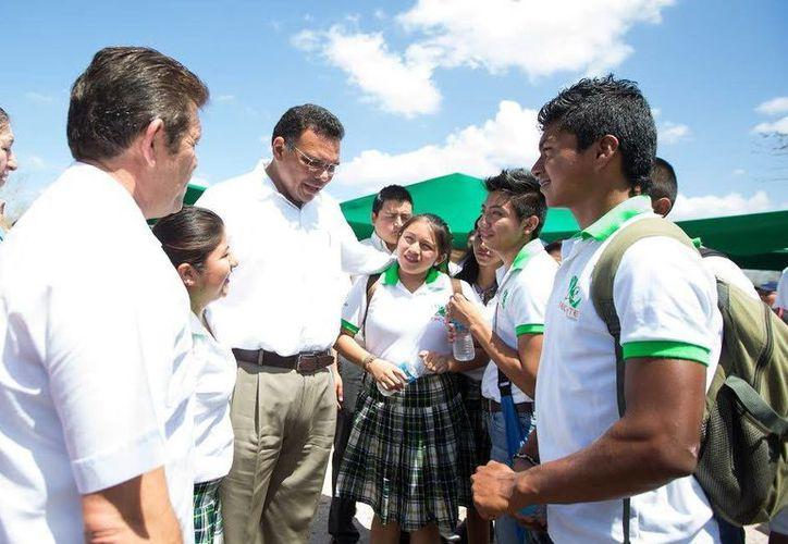 Como parte de sus actividades del jueves, el gobernador Rolando Zapata Bello convive con estudiantes de Conkal. (SIPSE)