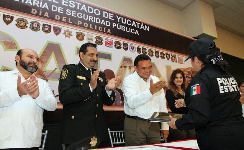 En el marco del Día del Policía se entregaron diplomas y cheques a los agentes Javier Sánchez Pérez, Wendy Arjona Correa, Lino Esquivel Correa y Ezaú Polanco Pech. (Cortesía)